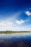 Rivier en een blauwe hemel Royalty-vrije Stock Foto's
