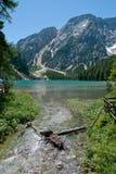 Rivier en meer in Alpen, Italië Stock Afbeeldingen