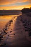 Rivier en openbaar strand bij zonsondergang Stock Afbeeldingen