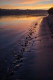 Rivier en openbaar strand bij zonsondergang Royalty-vrije Stock Afbeeldingen