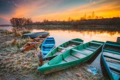 Rivier en oude houten het roeien vissersboot bij mooie zonsopgang binnen Royalty-vrije Stock Foto's