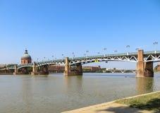 Rivier en toneelbrug in Toulouse, Frankrijk royalty-vrije stock afbeelding