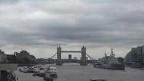 Rivier en torenbrug stock footage