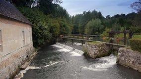 Rivier en waterval in Broglie, Normandië Frankrijk stock footage