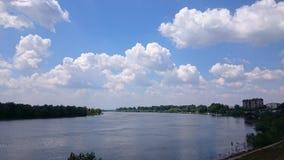 Rivier en wolken Stock Afbeelding
