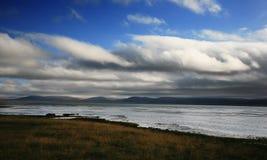 Rivier en wolkenhemel Royalty-vrije Stock Afbeeldingen