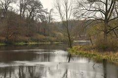 Rivier Glyme op de donkere winter dag het Verenigd Koninkrijk stock fotografie