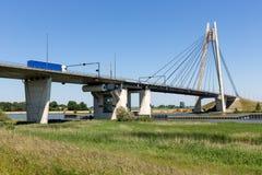 Rivier IJssel met brug dichtbij Kampen in Nederland Royalty-vrije Stock Afbeeldingen