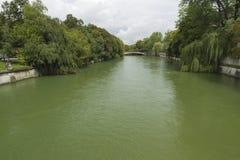 Rivier Isar aangezien het door München, Duitsland vloeit Royalty-vrije Stock Afbeeldingen