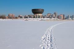 Rivier Kazanka en Centrum van familie ` Kazan ` in de winter Kazan, Rusland Stock Afbeelding