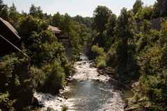 Rivier Korana dichtbij dorp van Rastoke dichtbij Slunj in Kroatië Lange Bomen royalty-vrije stock foto
