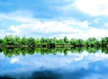 Rivier, land met bomen royalty-vrije stock afbeeldingen