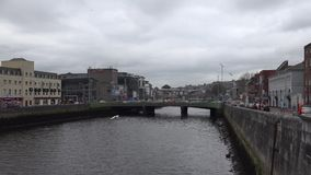 Rivier Lee en een brug in Cork, Ierland stock video