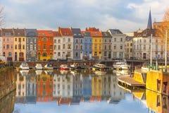 Rivier Leie, gekleurde huizen en Klokketorentoren binnen royalty-vrije stock foto's