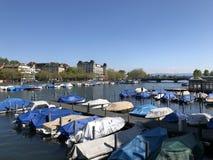 Rivier Limmat na het meer Z?rich in de stad van Z?rich stock foto's