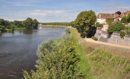 Rivier Loire, van de cyclusroute van Voies Verte in Digoin in Burg wordt de gezien die Stock Foto