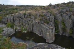 Rivier Mertvovov door hoge rotsen wordt omringd die royalty-vrije stock foto