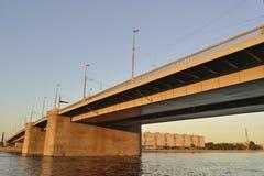 Rivier met brug op zonsondergang stock fotografie