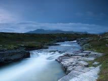 Rivier met heuvels in bewolkt weer, het Nationale Park van Rondane, Noorwegen Royalty-vrije Stock Fotografie