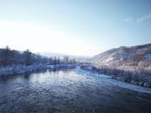 Rivier met ijs op een achtergrond van bergen royalty-vrije stock afbeelding