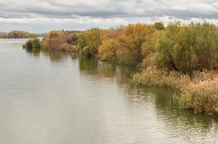 Rivier met kleurrijk de herfstlandschap langs de kust royalty-vrije stock foto's