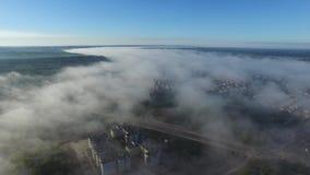 Rivier met mist, het Hoogland van Lublin, luchtmening stock footage