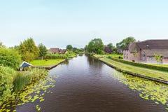 Rivier met oude landbouwbedrijven in Nederlands nationaal park Weerribben stock afbeelding