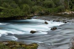 Rivier met rotsen en melkachtig water royalty-vrije stock foto's