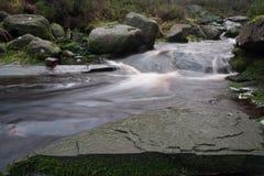 Rivier met rotsen in Piekdistrcit Stock Afbeelding