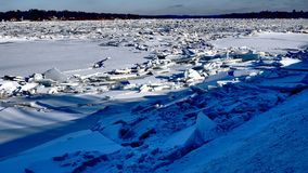 Rivier met stapels van ijs datsmithereens wordt behandeld stock foto's