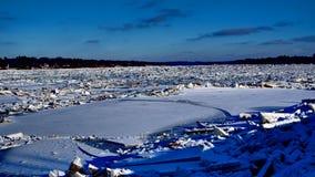 Rivier met stapels van ijs datsmithereens wordt behandeld stock afbeeldingen