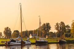 Rivier met varende boten in de Nederlandse provincie van Friesland royalty-vrije stock afbeeldingen