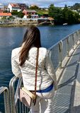 Rivier met vrouw die op een leuning rusten en de mening bekijken Galicië, Pontevedra, Spanje stock afbeeldingen