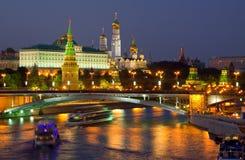 Rivier Moskou het Kremlin en Moskva in nacht Royalty-vrije Stock Fotografie