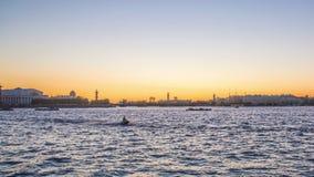 Rivier Neva, St. Petersburg in zonsondergangtijd, tijdtijdspannes stock video