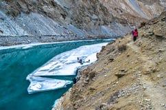 Rivier onder de bevroren rivier Stock Afbeeldingen
