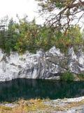 Rivier onder de rotsen stock fotografie