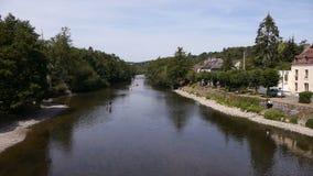 Rivier Orne in Pont D Ouilly, Normandië Frankrijk stock footage