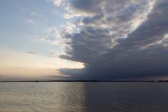 Rivier Orwell van Felixstowe met stormachtige hemel stock fotografie