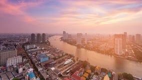 Rivier over de de stadshorizon van de binnenstad van Bangkok wordt gebogen met na zonsonderganghemel die Stock Fotografie
