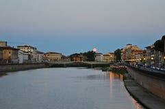 Rivier in Pisa in de avond Stock Fotografie
