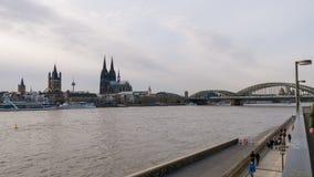Rivier Rijn in Keulen Duitsland met Kathedraal en Hohenzollern-Brug royalty-vrije stock afbeeldingen