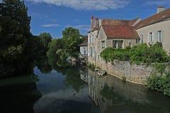 Rivier serein landschap, Noyers, Bourgondië, Frankrijk Stock Afbeeldingen