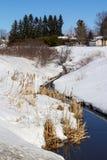 Rivier in sneeuw bij de lentelandschap Stock Foto's