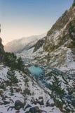 Rivier in sneeuwbergen Stock Afbeeldingen