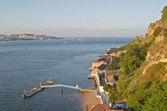 Rivier Tagus en benedenstad Lissabon op de achtergrond Stock Afbeeldingen