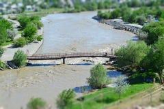 rivier tegen de achtergrond van de stad Jonge volwassenen stock foto