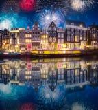 Rivier, traditionele oude huizen en boten, Amsterdam royalty-vrije stock afbeelding