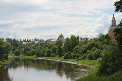 Rivier Tvertsa in stad van Torzhok Royalty-vrije Stock Afbeeldingen