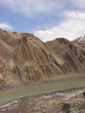 Rivier in vallei van Himalayagebergte Stock Afbeeldingen
